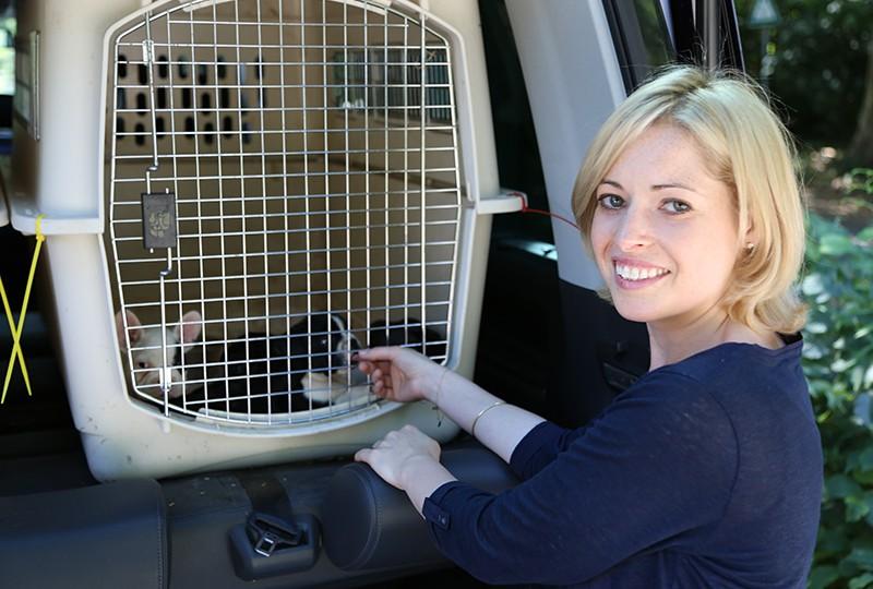 Tierretterin Laura Zodrow bei der Rettung dieser Welpen